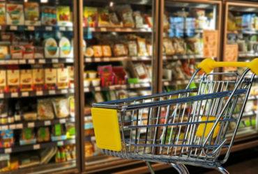 Een winkelkar in een algemene supermarkt