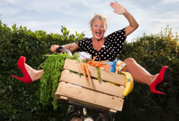 Debbie Duurzaam achter de fiets met duurzame producten in de fietsmand