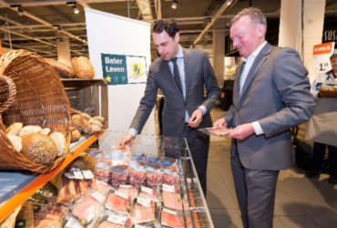Directeur Frank Dales in een Albert Heijn met Beter Leven producten