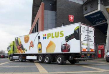 Een vrachtwagen van de Plus